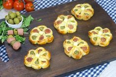 Puff pastry flowers: the appetizing appetizer ready in a few … – Meat Foods Party Finger Foods, Snacks Für Party, Antipasto, Beef Skillet Recipe, Tapas, Good Food, Yummy Food, Yummy Appetizers, Meat Recipes