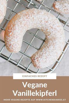 Diese veganen Vanillekipferl sind ein Klassiker in der Weihnachtsbäckerei. Zart mürbe mit dem leckeren Duft süßer Vanille. Gehört unbedingt in jede Keksdose! Doughnut, Butter, Food, Vegan Desserts, Vegane Rezepte, Cookie Box, Ginger Beard, Essen, Meals