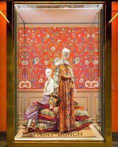 WEBSTA @ vernomalela - Indonesia punya batikKeceee#heritage #retaildisplay #visualmerchandiser #windowdisplay