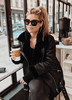 Pinterest: DEBORAHPRAHA ♥️ all black outfit and oversized leather jacket