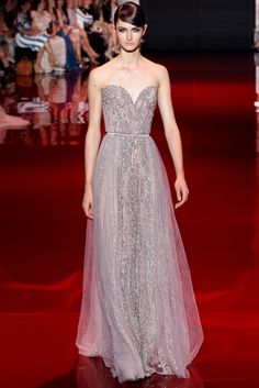 Elie Saab Fall Haute Couture – For his fall 2013 haute couture collection, Elie Saab opened with a fiery section of ruby-red gowns covered in carmine sequins. Elie Saab Couture, Dress Couture, Couture Fashion, Fashion Show, High Fashion, Dress Fashion, Couture Style, Dresses Short, Prom Dresses