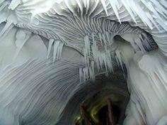 Las cuevas de hielo de Ningwu  Aunque aun no aparecen en ninguna guía turística internacional, la belleza de estas cuevas heladas seguro que las convierte, en un futuro, en un lugar de visita obligado.   Las cuevas permanecen heladas durante todo el año; incluso en verano, cuando el hielo contrasta con la vegetación verde del exterior.