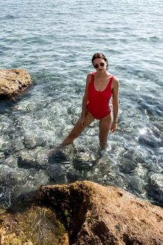 This summer we are wearing red swimsuits Aesthetic Women, Beach Aesthetic, Aesthetic Photo, Red Beach, Model Poses Photography, Sea Photo, Beach Poses, Red Swimsuit, Summer Photos