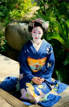 The term geisha is often used in Eastern Japan, whereas the term geiko is more prevalent in Western Japan, including Kyoto and Kanazawa. Maiko (舞子) are apprentice geisha, generally under age Japanese Costume, Japanese Kimono, Japanese Girl, Geisha Japan, Geisha Art, Kyoto Japan, Traditional Kimono, Traditional Outfits, Yukata