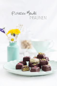 Pistachio and almond pralines Praline Chocolate, Chocolate Brownies, Chocolate Recipes, Candy Recipes, Raw Food Recipes, Sweet Recipes, Muesli Slice, Cake & Co, Dessert For Dinner