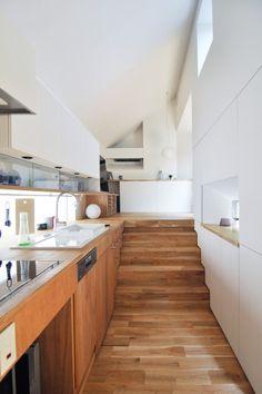 キッチン前から見る。奥右手にソファが置かれたスペース。
