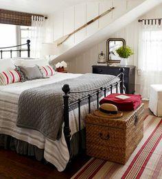 chambre a coucher avec un lit en fer