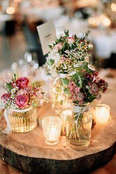 rustikale Tischdekoration mit Baumscheibe und Schleierkraut in weiß und rosa - Originelle Landhaushochzeit mit VW Bulli #tischdeko #schleierkraut #hochzeit | Hochzeitsblog The Little Wedding Corner