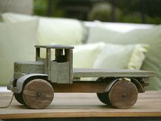 Brinquedo (caminhão de madeira) Wooden Toy Trucks, Wooden Car, Handmade Wooden Toys, Wooden Crafts, Antique Toys, Vintage Toys, Toy Art, Wood Creations, Wood Toys