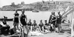 Σουηδοί πολίστες του αγώνα επίδειξης κατά την Μεσο-Ολυμπιάδα της Αθήνας το 1906 με φόντο τον Πειραιά