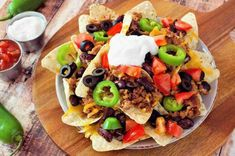 Nachos are a delicious snack–but they're often loaded with not-so-healthy things. Luckily, it's possible to make healthier nachos without sacrificing taste! Chilli Recipes, Mexican Food Recipes, Healthy Recipes, Ethnic Recipes, Nacho Recipes, Mexican Menu, Mexican Style, Ground Beef Nachos, Ground Beef Recipes