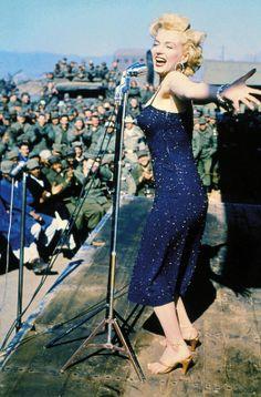 La sex symbol visitó Corea para cantar ante las tropas estadounidenses desplazadas en la zona. Por aquel entonces era una zona de conflicto, hoy en día es un país de gran atractivo turístico que acoge desde mayo y hasta finales de este mes la Expo Korea Biografia De Marilyn Monroe, Vida De Marilyn Monroe, Vestidos De Marilyn Monroe, Marelyn Monroe, Celebridades, El Eterno Femenino, Cinema De Hollywood, Fotografia Chicas, Mujer Perfecta