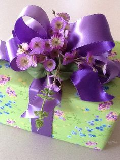 Add flowers and a matching ribbon for a coordinated Spring Gift Wrapping look ❤❦♪♫ #giftwrap