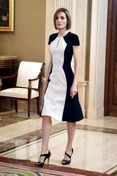 Queen Letizia of Spain in black and white color block Carolina Herrera dress. Cute Dresses, Beautiful Dresses, Short Dresses, Dresses For Work, Office Dresses, Midi Dresses, Sewing Dress, Modest Fashion, Fashion Dresses