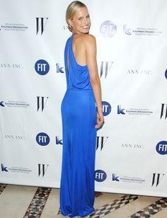 Nos encanta el estilo de Karolina Kurkova tanto de día como de noche. En esta ocasión acertó con su vestido largo azul con caída, escote halter y abertura en la espalda. Por toda joya, la modelo lució un original brazalete. Un 10... para su maquillaje natural y su moño bajo efecto wet.