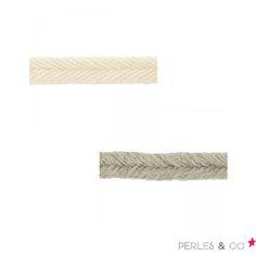 Lacets tressés fin en lin, disponible en écru ou naturel à 1,40€ ici >>> https://www.perlesandco.com/Rubans_Galons_Rubans_et_galons_en_lin-c-139_1700_3483.html