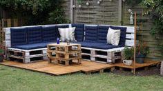 Grand salon de jardin fabriqué à partir de palettes en bois  http://www.homelisty.com/salon-de-jardin-en-palette/