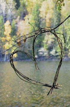Coração de Galhos Secos com lago ao fundo