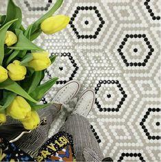 Mónica Diago apostó por este suelo radial de mosaico Art FActory Hisbalit para el suelo infantil de su hogar. Deco Spa, Attic House, Tile Floor, Mosaic Floors, Decoration, Cactus Plants, Beige, Alphabet, Flooring