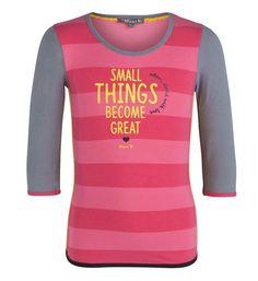 """Ninni Vi longsleeve met brede strepen en tekstprint aan de voorzijde """"Small things become great"""". Dit shirt heeft driekwart mouwen in uni grijs."""