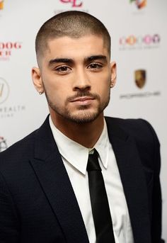 Simon Cowell has branded Zayn Malik ''RUDE'' after openly criticising his former One Direction bandmates and their music. You can understand since Zayn Malik was actually part of O Cabelo Zayn Malik, Zayn Malik Hairstyle, Nicole Scherzinger, Liam Payne, Zayn Album, Zayn News, Short Hair Cuts, Short Hair Styles, Short Hair