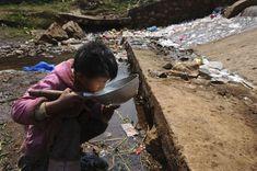 . La pauvreté extrême conduit ce jeune garçon à boire de l'eau trouvée dans la rue en Chine.