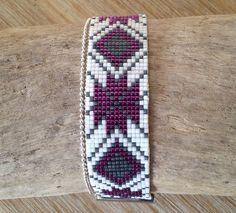 Bracelet manchette en perles Miyuki coloris blanc, gris anthracite mat et violet métallisé. : Bracelet par l-ecrin-creatif