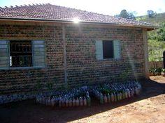 Brasileño usa 11.000 botellas PET para construir su propia casa.