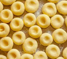 Kluski śląskie - Przepisy.Mięciutkie, sprężyste kluseczki , genialnie nadają się do wszystkich dań z sosami. Mają dziurkę specjalnie stworzoną do tego, żeby zatrzymać w sobie jak najwięcej pysznego sosu. W najprostszej postaci podaje się je ze skwarkami z boczku. Kluski śląskie to przepis, którego autorem jest: Magda Gessler