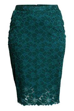 H&M+ Saia-lápis de renda: Saia pelo joelho em renda com fecho éclair oculto e racha atrás. Forrada.