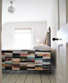 Roaming the pinboards for inspiration, I stopped short when I saw this piece of patchwork, from haven . Granny Chic, Big Beds, Quilt Modernen, Strip Quilts, Quilt Bedding, Bedspread, Quilt Making, Quilting Designs, Making Ideas