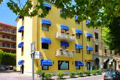Hotel Aurora - Desenzano del Garda ... Garda Lake, Lago di Garda, Gardasee, Lake Garda, Lac de Garde, Gardameer, Gardasøen, Jezioro Garda, Gardské Jezero, אגם גארדה, Озеро Гарда ... Welcome to Hotel Aurora Desenzano del Garda. Hotel Aurora is located directly in front of the lakeside at Desenzano del Garda, just a short walk from the town centre. This owner run hotel is the perfect holiday destination for a demanding and refined clientele. The hotel has