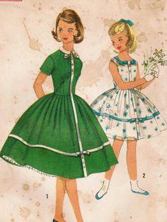 Simplicité 2016: Utiliser ce patron de couture vintage des années 1950 pour les filles à coudre cette élégante et robe de soirée-jolie jupe qui fera de votre fille préférée n'est pas très cultivés jusquà! Détails de la robe: -corsage avec des pinces -jupe doucement plissée à la taille et garni de bande et fixe des arcs -fermeture éclair latérale -milieu devant garni avec une bande de l'encolure pour ourlet avec option boutonné onglets -encolure bijou avec fermeture à glissière au dos du c... Sewing Patterns Girls, Vintage Patterns, Vogue Vintage, Moda Vintage, Vintage Kids Clothes, Vintage Girls Dresses, Retro Outfits, Vintage Outfits, Girl Outfits