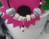 Dynamique bracelet tendance en cuir noir, au centre breloque avec une agate blanche et 2 petites perles olive noire,2 perles argentées, 2 perles tubes en métal émaillé blanc + lettres argentées, et deux perles métal : Bracelet par creationsannaprague