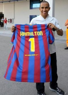 El pilot de Fórmula 1 Lewis Hamilton també és fan del Barça Fc Barcelona, F1 Season, Pilot, Football Kits, Lewis Hamilton, F 1, Formula One, Champs, Legends