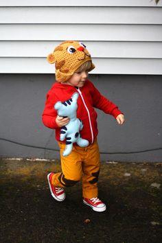 Daniel tiger hat and costume Daniel Tiger Costume, Daniel Tiger Party, Daniel Tiger Birthday, Tiger Halloween Costume, Halloween Gifts, Fall Halloween, Daniel O Tigre, Daniel Tiger's Neighborhood, Baby Costumes