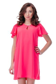 Платье GIZIA Артикул 010-010-0040 ЦЕНА 6100 руб Размеры 36-42 Легкое платье свободного стиля, немного расширяющееся к низу. Кокетливые рукава-воланы, округлый вырез горловины украшен застежкой из белых камней. Платье от GIZIA выполнено из легкого полупрозрачного эластичного шифона насыщенного розового цвета.  Замеры для размера 36: Длина изделия: выше колена (85 см). Длина рукава: 17 см. Вид застежки: молния сзади. Сезон: лето.