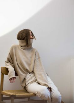 Fashion Gone rouge. Beige on white. Love my turtlenecks around the mouth Fashion Gone rouge. Beige on white. Love my turtlenecks around the mouth Looks Street Style, Looks Style, Style Me, Winter Fashion Outfits, Look Fashion, Autumn Fashion, Sweater Weather, Fashion Gone Rouge, Look Chic