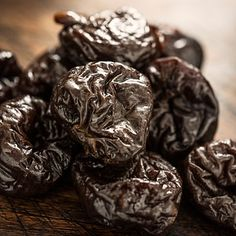 Prunes (also known as dried plums) are a sweet, nutritious snack that's easy to grab-and-go. For 80 calories, 4 prunes have 2 grams of fiber & lots of polyphenols. Home Remedies, Natural Remedies, Amazing Food Decoration, Dried Plums, Constipation Remedies, Natural Colon Cleanse, Iron Rich Foods, Healthy Tips, Healthy Food