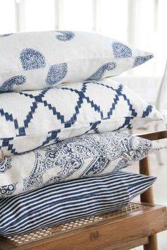 Chhatwal & Jonsson | Kuddfodral Ikat Kerala Blue | Matilde & Co | Handla online