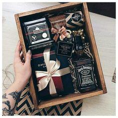 Gift Box For Men, Gift Baskets For Men, Diy Gift Box, Present Ideas For Men, Presents For Men, Cool Gifts For Guys, Best Man Gift Ideas, Hampers For Men, Diy Gifts For Men