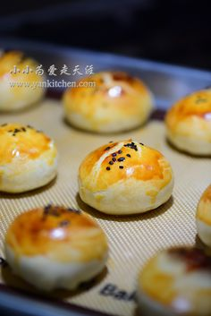 Flaky Asian Buns with Red Bean Paste and Salted Duck Egg Yolks — Yankitchen Asian Bread Recipe, Blueberry Yogurt Popsicles, Asian Buns, Chinese Moon Cake, Sweet Potato Buns, Red Bean Paste, Asian Grocery, Egg Cake, Egg Yolks