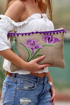 Comenzamos con los cursos-taller: Aprende hacer carteras sobre bordadas paso a paso Diy Clutch, Clutch Bag, Embroidery Bags, Embroidery Designs, Diy Sac, Sweet Bags, Jute Bags, Boho Bags, Fabric Bags