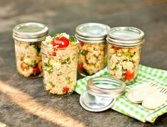 Cold Quinoa Salad individually packaged in mason jars for healthy on the go lunches at work or school! Mason Jar Meals, Meals In A Jar, Mason Jars, Pots Mason, Canning Jars, Salad In A Jar, Soup And Salad, Tomato Salad, Vegetarian