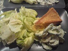 Backcamembert mit Eisberg- und  Gurkensalat