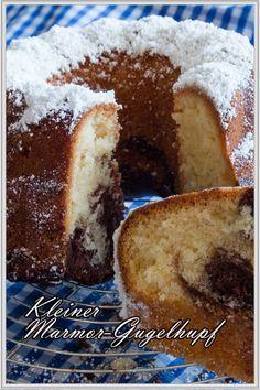 Kleiner Marmor Gugelhupf...ein leckerer Klassiker mit Kakao! Dieser Rührteig-Kuchen ist auch für Anfänger und Backneulinge spielend einfach zu meistern. Dieser hier wird wieder in einer kleinen Form gebacken; und zwar in einer Gugelhupfform von 18 bis 20 cm ø. Er ist sehr locker und fluffig und er passt sehr gut in die Kaffeerunde und sieht auch noch sehr hübsch aus