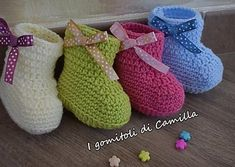 Simple crochet baby shoes: the tutorials of .- Scarpine da neonato a uncinetto semplicissime: i tutorial di Camilla Ankle boot model crochet wool shoes: Camilla's tutorials - Crochet Wool, Booties Crochet, Crochet Baby Shoes, Crochet For Kids, Easy Crochet, Camilla, Sunburst Granny Square, Wool Shoes, Adidas Baby