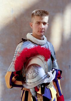 In full armor. This is the most formal uniform the Swiss Guards have. The armor is over 300 years old. It's worn a few times a year including at the swearing in ceremony every year May Rome, Military Guard, Le Vatican, Swiss Guard, Landsknecht, Men In Uniform, Religion, Kirchen, Swiss Army
