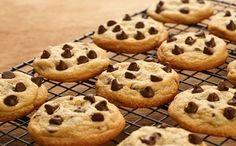 Εύκολα cookies με κομμάτια σοκολάτας Levain Cookie Recipe, Chocolate Biscuit Recipe, Gooey Chocolate Chip Cookies, Homemade Chocolate, Cookie Recipes, Chocolate Biscuits, Diabetic Desserts, Köstliche Desserts, Delicious Desserts