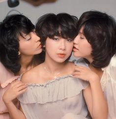 キャンディーズ の無料動画視聴 & 再生。 キャンディーズ(Candies)は、1970年代に活躍した日本のアイドルグループである。メンバーは、ラン(伊藤蘭、1955年(昭和30年)1月13日 - )、スー(田中好子、1956年(昭和31年)4月8日 - 2011年(平成23年)4月21日)、ミキ(藤村美樹、1956年(昭和31年)1月15日 - )の3人。所属事務所は渡辺プロダクション。多くの楽曲は、当時渡辺音楽出版社員であった松崎澄夫(現・アミューズソフトエンタテインメント代表取締役社長)のプロデュースによるものである。 デビュー当時… 世界最大オンライン・カタログの Last.fm で音楽、コンサート、動画、写真にもっと出会える。